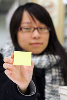 Free A Girl Who Is Holding A Yellow Memo Notepaper Royalty Free Stock Photo - 18023285