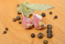 Free Peppercorns, Garlic And Bay Leaves Royalty Free Stock Photography - 18047117
