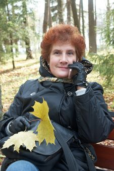 Free Senior Lady Portrait In Autumn Park Royalty Free Stock Images - 18071489