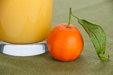 Free Close-up Of An Orange With A Glass Of Juice Royalty Free Stock Image - 18086036