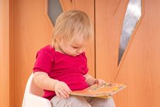 Free Adorable Baby Read Small Baby Book Stock Photography - 18100612