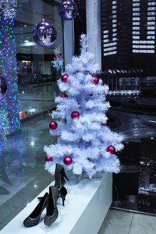 Free Christmas Tree And Balls Royalty Free Stock Images - 18115799