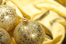 Free Gold Christmas Balls Royalty Free Stock Photos - 18120828