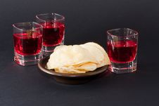 Free Red Drink With Potato Chips Royalty Free Stock Images - 18150969