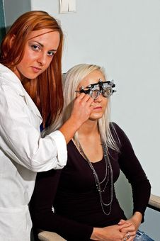 Free Young Woman Examining The Eyesight Stock Photography - 18158962