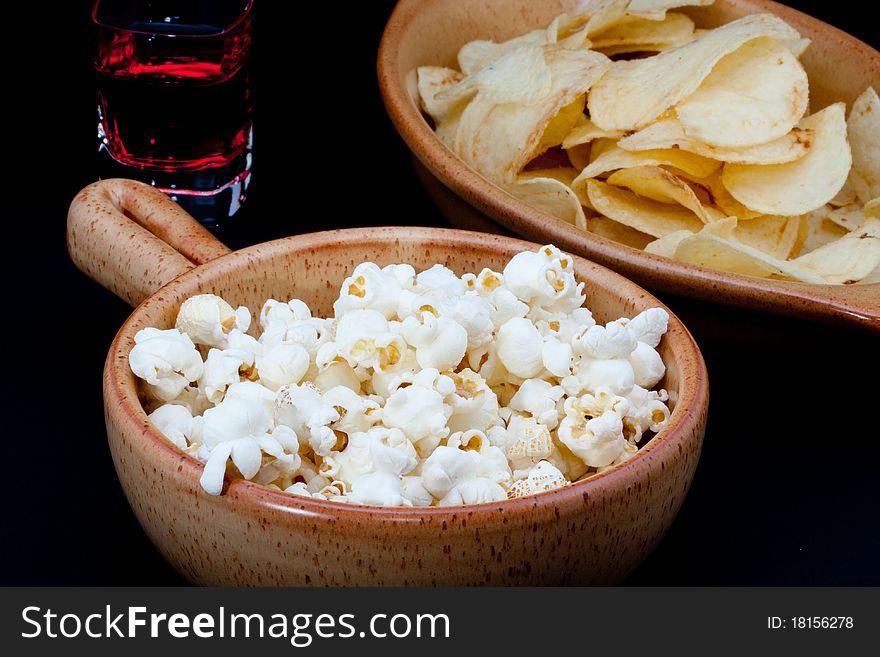 Tomato chips, pop corn and drink