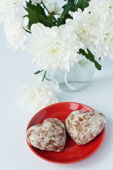 Free Cookies On A Red Plate Royalty Free Stock Photos - 18182078