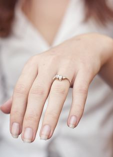 Free Engagement Ring Into A Finger Royalty Free Stock Images - 18193569
