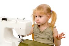 Free The Little Girl And A Sewing Machine Stock Photo - 18199140