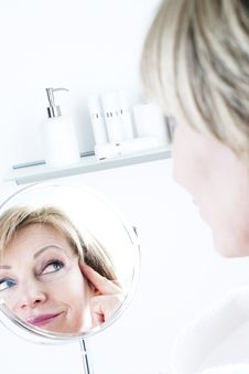 Free Woman In The Mirror Royalty Free Stock Images - 18207249