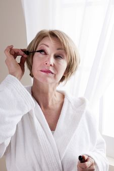 Free Woman Applying Mascara Royalty Free Stock Photo - 18209175