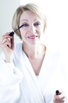 Free Woman Applying Mascara Royalty Free Stock Images - 18209379