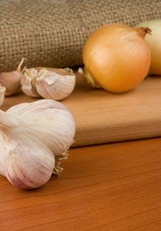 Free Onion And Garlic On Sacking Stock Images - 18215194