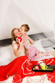 Free Woman With Her Son Breakfast In A Bed Royalty Free Stock Photos - 18231028