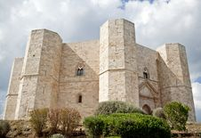 Free Castel Del Monte With Plants Stock Photography - 18246132