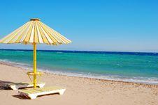 Free The White-yellow Beach Sun Umbrella Royalty Free Stock Images - 18249779