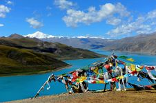 Free Holy Lake And Prayer Flags Royalty Free Stock Photography - 18254617