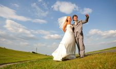 Free Newlyweds In The Field Royalty Free Stock Images - 18297769