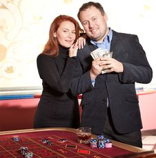 Free Happy Pair With Money Near Roulette Table Royalty Free Stock Images - 18323459
