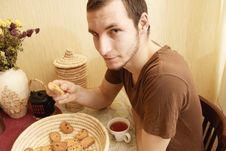 Free Young Guy With Tea And Rusk In The Kitchen Royalty Free Stock Images - 18350599