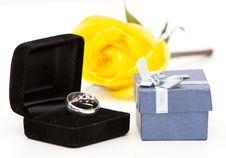 Free Wedding Rings And Rose Stock Image - 18351071