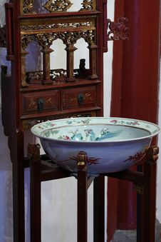 Free Old Chinese  Basin  On Washstand Royalty Free Stock Images - 1848059