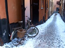 Free Bicycle In An Alley Royalty Free Stock Photos - 18420968