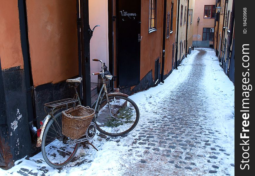 Bicycle in an alley