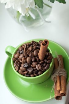 Free Coffee Beans In A Green Cup Royalty Free Stock Images - 18430759