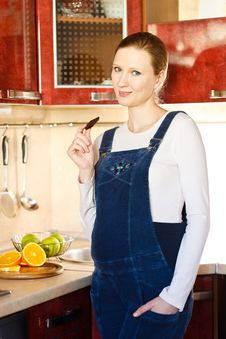 Free Pregnant Woman In Kitchen With  Chocolate Royalty Free Stock Photography - 18435617