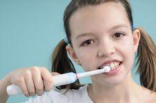 Free Girl Brushing Teeth Stock Images - 18446504