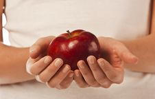 Free Fresh Red Apple In A Woman Hand Royalty Free Stock Photography - 18487037