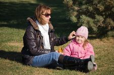 Free Mum With A Daughter In Autumn Park Royalty Free Stock Photos - 18543878
