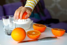 Free Squeezing Oranges For Orange Juice Royalty Free Stock Photography - 18596617