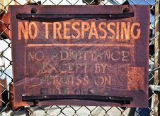 Free Rusty No Trespassing Sign Royalty Free Stock Photos - 18640668