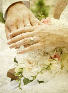 Free Hands And Rings On Wedding Bouquet Royalty Free Stock Image - 18675776