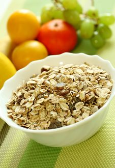Free Muesli Of Oats With Raisin And Fresh Fruit Stock Photography - 18696152