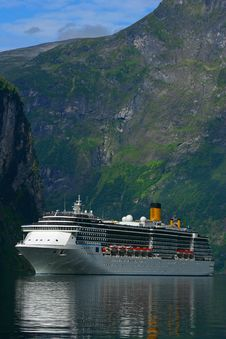 Free Cruise Ship Geiranger Fjord - Vertical Royalty Free Stock Photos - 18697668