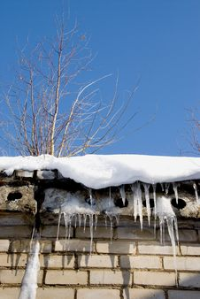 Free Icicles And Root On The Roof Royalty Free Stock Photography - 18712107