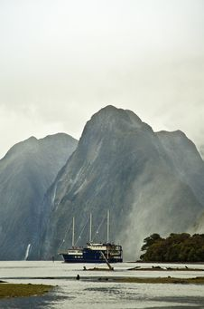 Free Milford Sounds New Zealand And Sailing Boat Stock Images - 18713814