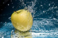 Free Apple In Water Royalty Free Stock Photo - 18742155