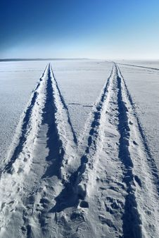 Free A Road On A Frozen Lake Royalty Free Stock Photo - 18749535
