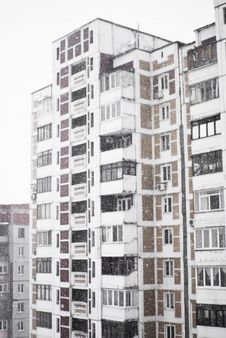 Free Multi-storied Home In Heavy Snowfall Royalty Free Stock Images - 18777979