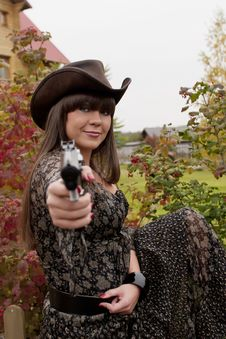 Free Girl With The Gun In Western Style Royalty Free Stock Photography - 18780377