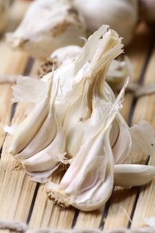 Free Splitted Garlic Pods Royalty Free Stock Image - 18788936