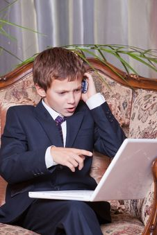 Free Young Angry Businessman Talking On Cell Royalty Free Stock Photo - 18789395