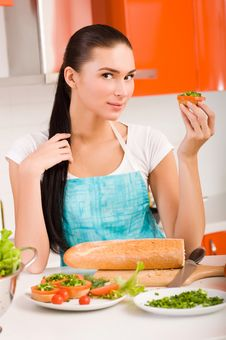 Free Woman Preparing Fresh Healthy Sandwiches In H Royalty Free Stock Photo - 18790765