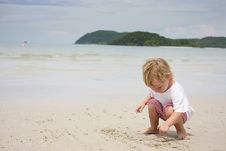 Free Child Playing On Beach Royalty Free Stock Photography - 18814787