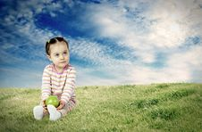Free The Child With An Apple Royalty Free Stock Photo - 18823635
