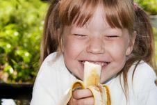 Free Little Girl Eats A Banana Royalty Free Stock Images - 18824729